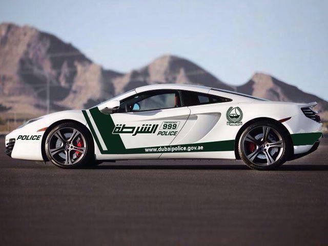 Lamborghini Huracán tra le auto della polizia